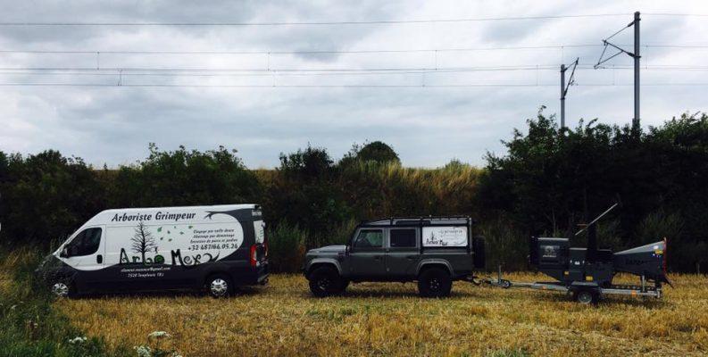 Nos véhicules utilitaires sont adaptés aux terrains difficiles. Vous pouvez les croiser sur la route en circulant dans la région de Tournai, mais également dans le nord de la France, dans la région bruxelloise, et bien d'autres endroits encore !