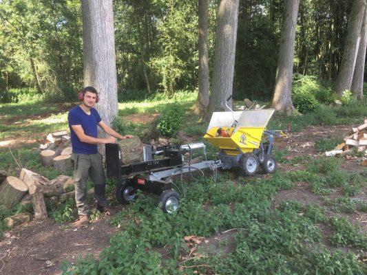 Avec notre fendeuse de bûches, nous pouvons, à votre demande, fendre le bois issu de votre chantier, afin que vous puissiez en profiter pour vous chauffer !